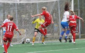Hanne Gråhns i el duell med Östers Viktoria Johansson. Foto: Curt Kvicker