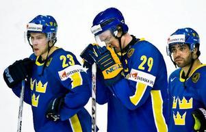 Linus Omark, Kenny Jönsson och Johnny Oduya deppar efter slutsignalen. Det blev ingen VM-final för Tre Kronor.