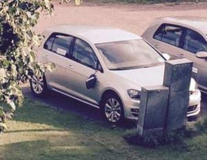 En backspegel hänger löst från en av kommunens bilar sedan den irriterade 21-åringen passerat på väg från socialförvaltningen. För detta åtalas han för skadegörelse