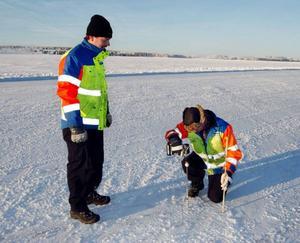 Under gårdagen var Anders Rickardsson och Per-Ola Zackrisson från Vägverket ute för att provmäta delar av isvägen mellan Isön och Norderön. På sina ställen var den bara 17 centimeter tjock. För att den ska gå köra bil på ska den vara 25 centimeter.