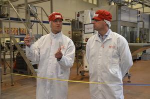Skillnad. Johan Linné visar upp hur små flaskorna är när de anländer till fabriken i Kumla. Med hjälp av den nya maskinen värms de upp och kan tillverka stora flaskor med olika design.