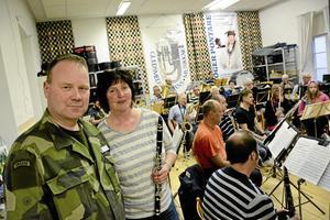 Förberedelser. Överstelöjtnant Bengt Fransson och kårchef Marja Walterson deltar på musikkårens repetition.Foto: Adam Söder