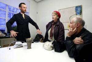 Markus Anderzon, Maj-Lis och Evert Nordin pratar om silverbägarens historia.