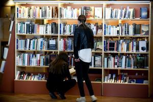 Västernorrlänningarna lånar allt färre böcker. Sedan 2009 har utlåningen minskat med nio procent i länet. Störst är minskningen i Sollefteå och Timrå.