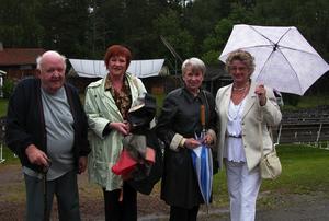 Hedersgäster. Här fyra av de hedersgäster och veteraner som besökte Skinnarspelet på midsommardagen. Fr.v. förre teaterchefen Bertil Mattsson, första