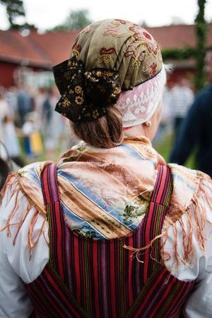 Ingrid Rilde firade midsommar i Stora Mellösas vinterdräkt.