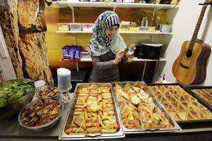 Hiba Is Aldden passar på att föreviga maten innan gästerna tar släpps fram.