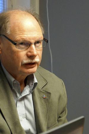 Kenneth Persson är beredd att föra en diskussion med Ria om ett natthärbärge.