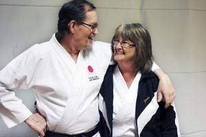 Träningspartners. Bengt Karlsson och hans fru Yvonne Englund Karlsson träffades genom karaten och tränar sedan flera år ett par.