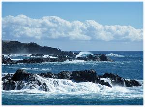 Vågor slår in mot klipporna på Teneriffa.