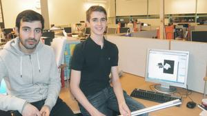 Nöjda företagare. Ali Husein och Otto Zelaya visar upp produkten som de, tillsammans med två andra killar har designat.