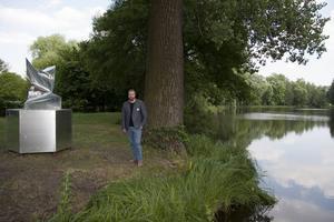 Konstnären Jimmy Dahlberg intill sin skulptur Nowa energia som nyligen invigts i A&A European Sculpture Park i staden Pabianice, Polen.