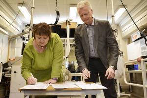 AnnSofie Andersson (S) och Mats Tinnsten, prorektor Mittuniversitetet, skriver på ett nytt samarbetsavtal.