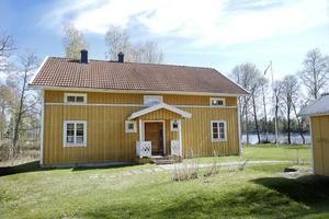 Fastigheten ligger idylliskt vid Hudiksvallsfjärden och har nu sålts av Stiftelsen Fågelvik. Köpesumman är än så länge okänd.