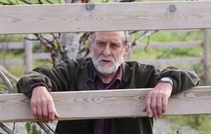 """Holger Andersson är närmaste granne till älgfarmen. Han är lite kluven till älgar i hägn """"Jag tycker nog bäst om älgarna i frihet, det här är lite onaturligt"""", säger han."""