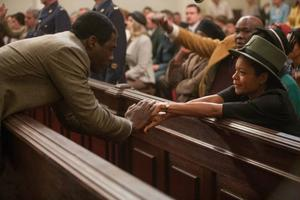 När Nelson Mandela (Idris Elba) möter Winnie Mandela (Naomie Harris) blir han blixtförälskad men deras liv tillsammans blir inte enkelt.Foto: Scanbox entertainment