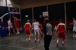 Stefan Hellgren försöker komma runt för två poäng.