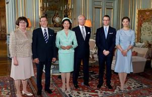 WESTLINGS MED NYA SLÄKTEN. Ewa Westling och Olle Westling, drottning Sillvia och kung Carl Gustaf, Daniel Westling och kronprinsessan Victoria vid lysningsmottagningen på slottet på söndagen