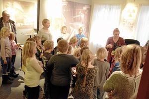 Uppmärksamma. När museipedagogen Sara Sporre berättade om de olika föremålens historia lyssnade barnen som kommit för att få utforska Stripa Gruvmiljös museum.Foto: Sofia Gustafsson