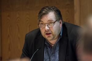 Är man förtroendeval politiker måste man föregå med gott exempel, anser Sjukvårdspartiets ordförande Henrik Olofsson.