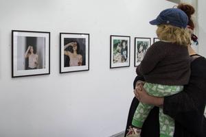 Samlingsutställningen Nyanserade bildvärldar ska visas på Region Gävleborgs nio ungdomsmottagningar och innehåller bilder och filmer av Caisa Bromberg, Santiago Mostyn och Sandra Isacsson.