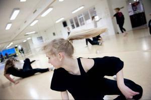 Fanny Arnesson repeterar tillsammans med de andra dansarna på Wendlas Dansstudio.