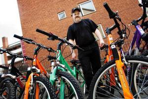 Göran Karlsson har sålt cyklar i 30 års tid och sett trender komma och gå. Nu är det mycket design och färg som gäller. Och trots lågkonjunktur går försäljningen bra.