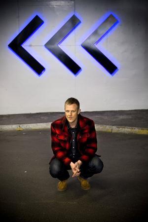 Johan T Karlsson, mer känd som Familjen, kommer till indieklubben Friday I'm in love på Stadshuset 12 november. Familjen uppträder live i spegelsalen och dessutom blir det indie/pop/elektro från olika DJ:s på båda planen. Foto: Scanpix