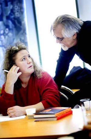 Lena Jonsson, som till vardags synar rör på Sandvik, får goda råd av Bernt-Olov Andersson.