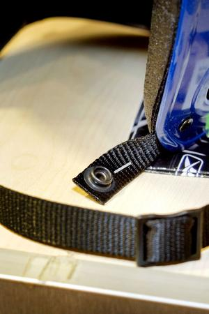 Tryckknappen på vanliga hockeyhjälmar sitter stenhårt, så dessa bör inte användas av lekande förskolebarn.