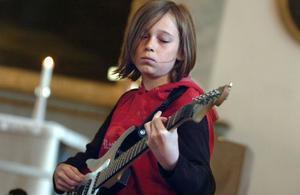 Emil Säll spelar elgitarr.