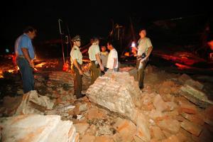 Poliser och civila söker i rasmassorna efter överlevande i staden Talca.