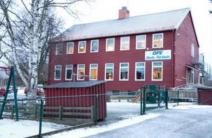 Ett friskoleföretag vill köpa eller hyra Ope skola. Östersunds kommun planerar för flyktingboende.