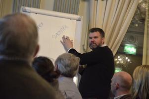 Näringslivsutvecklare Klas Brynte, förklarade för de företagare som deltog i tisdagkvällens Stormöte hur de tillsammans skulle ta fram Näringslivsprogram2020.