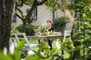 Ida tar gärna in växter från trädgården och använder dem som dekoration.
