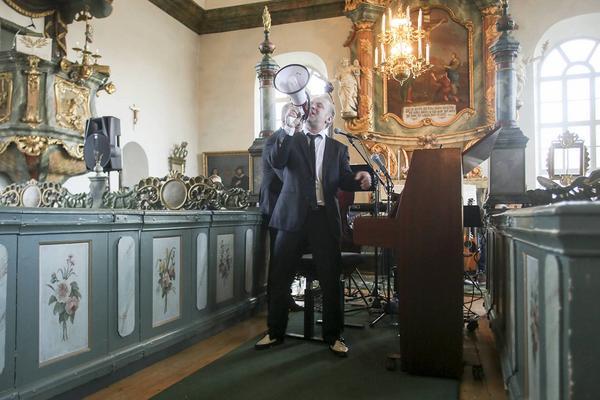 Med hjälp av megafon fick Kingen fram det klassiska stenkakeljudet.