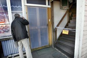 Arkivbild. Polismän bedriver dörrknackning för att förhöra 64-åringens grannar.