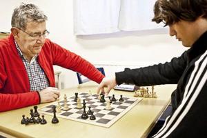 Ordförande Åke Myrberg spelar mot unge Adrian Bohman Karlholm som är schacklubbens just nu största framtidslöfte. Båda är övertygade om att det ökade intresset bland unga kan kopplas till norska schackundret Magnus Carlsens framgångar.