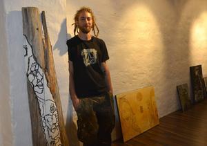 Erik Lindström visar inte bara måleri på duk hos Galleri Sjögatan sju.