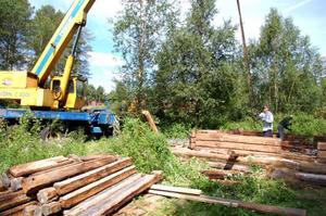 Kran-Hasse, Olle Stockhaus och Leif Jonasson plockar i sär Erik Lindbloms hus för att flytta det till en annan tomt.  Foto: Carin Selldén