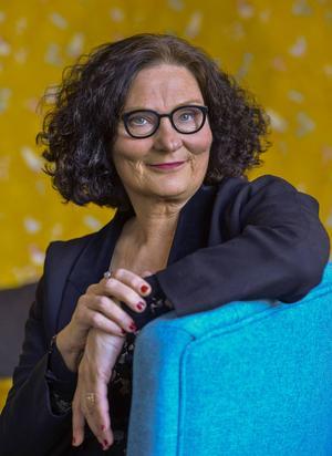 Författaren Ebba Witt-Brattström betonar att hon bemöter män som andra människor.