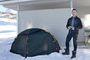 Tomasz Gehrke från Nya Kaledonien cyklar genom landet i snö och kyla – och tältar. Han är den första tältaren i Fläsian i år.
