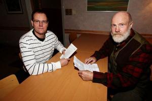 """Gunnar Sandberg och Bengt Bixo kom till Lillhärdal för att diskutera vargfrågan.""""När folk börjar känna oro då måste man ta det på allvar"""", menade Gunnar Sandberg inför ett 40-tal besökare. Foto: Håkan Degselius"""