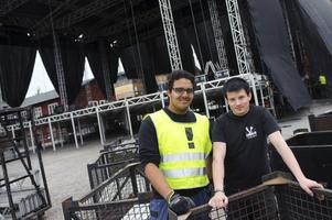 Adam El Azab är med och bygger Monster och Bandit-scenerna på volontärbasis. Toiva Savolainen är ljud- och ljustekniker i Stora Gasklockans scen.