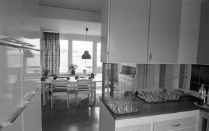 Så här såg köken ut, toppmodernt. Känner du igen köksluckorna och handtagen? Det var standard runt 1969.