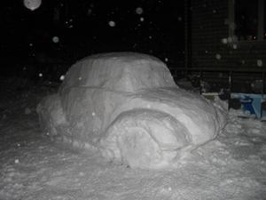 Denna bil uppstod under ett av tövädren under julhelgen. Dottern Agnes och grannen Vilma hjälpte till. Inspiration kom från fotografens egen VW -61 som kördes i ungdomsåren. Tack vare kylan har den nu stått parkerad i två veckor.