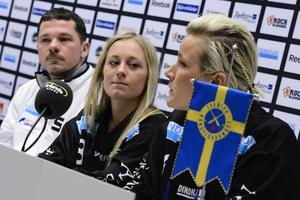 Camilla Andersson och Johanna Pettersson i SAIK-tröjorna inför SM-finalen 2013.