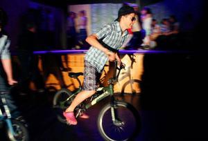 De tuffa killarna i musikalen kommer till en dans med cyklar.