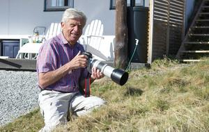 Ingemar Lind i full färd med att fånga en blåhake, som bor i hans trädgård. Ingemar Lind vet att det inte går att tränga sig på. Han väntar lugnt på att fågeln kommer till honom.