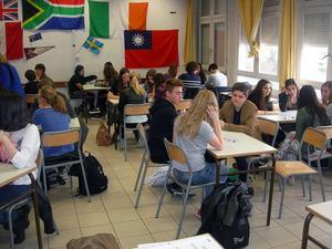 Franska och svenska elever har lektion tillsammans.